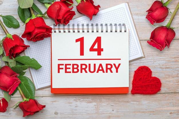 Quaderno a quadri con copertina rigida aperto rose e petali stringa san valentino superficie in legno 14 fidanzamento