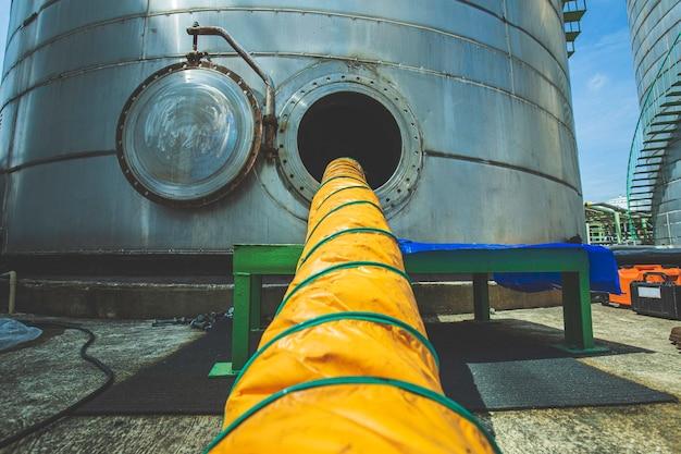 Chiusino aperto sui prodotti chimici del serbatoio inossidabile e aria fresca del ventilatore nello spazio limitato del serbatoio di stoccaggio dell'olio