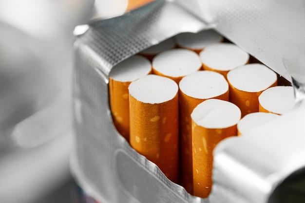 Primo piano aperto nuovo pacchetto di sigarette