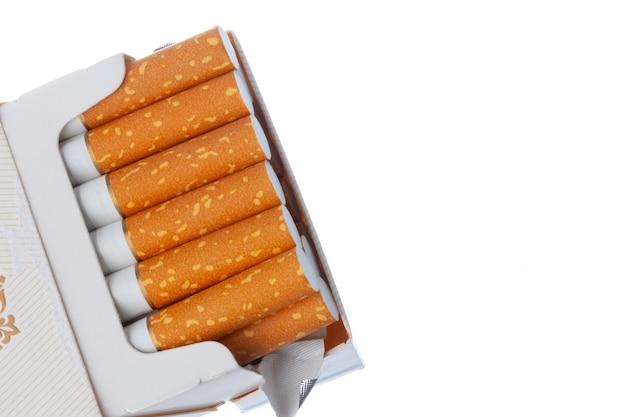 Nuovo pacchetto di sigarette aperto isolato