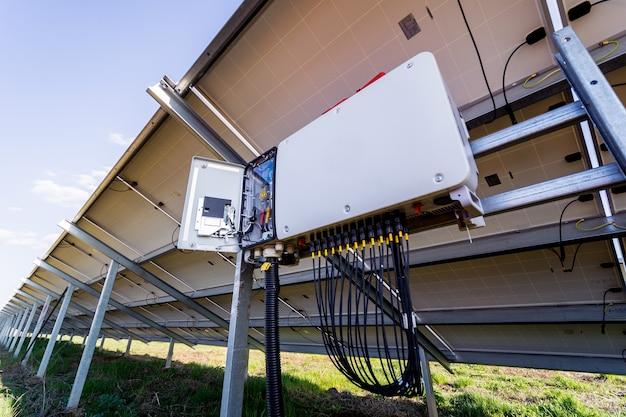 Inverter di tensione aperto sul retro del pannello solare solar