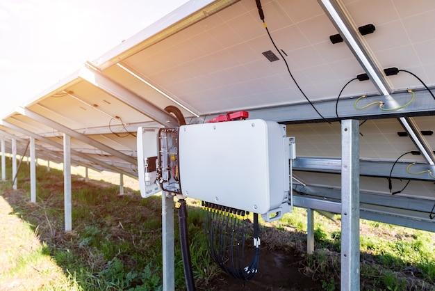 Inverter di tensione aperto sul retro del pannello solare