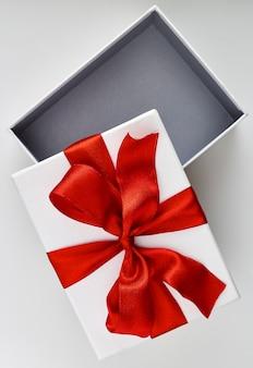Contenitore di regalo di natale bianco aperto