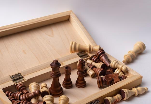 Scacchiera in legno aperta con pezzi degli scacchi
