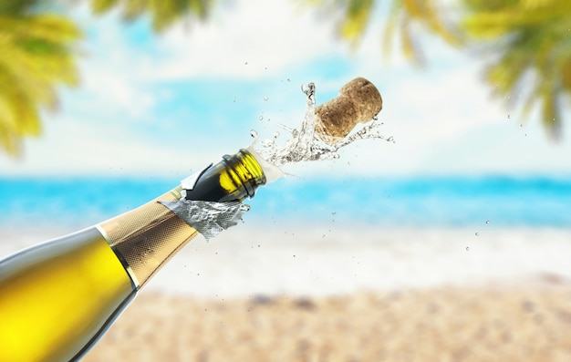 Apertura di una bottiglia di champagne sulla spiaggia del mare