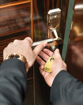 Aprire la porta della camera d'albergo con una chiave