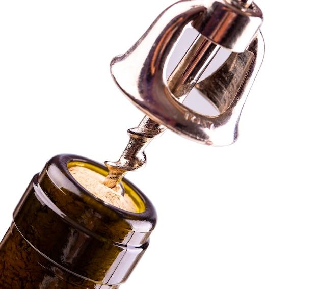 Aprire una bottiglia di vino con un cavatappi Foto Premium
