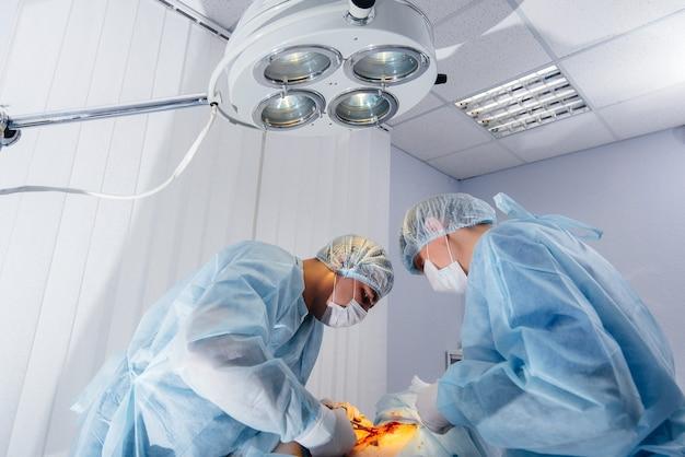 Operazione in un primo piano moderno della sala operatoria, soccorso di emergenza e rianimazione del paziente