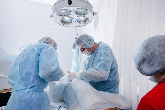 Operazione in un primo piano moderno della sala operatoria