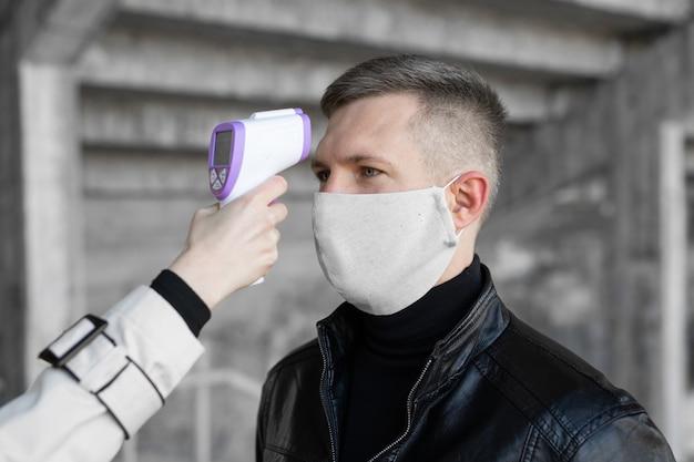 L'operatore controlla la febbre tramite termometro digitale
