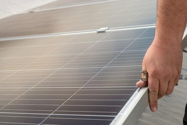Operatore che installa apparecchiature solari in residenza