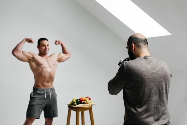 L'operatore scrive un blog con l'atleta sul tema dell'allenamento e di uno stile di vita sano. blogger. cinema.