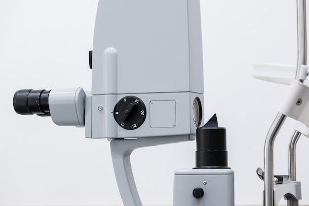 Microscopio oftalmologico. moderne attrezzature mediche nell'ospedale oculistico. concetto di medicina