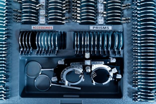 Oftalmologia concetto. le piastre contengono lenti concave, lenti convesse, lenti cilindriche per misurare la vista. vista dall'alto.