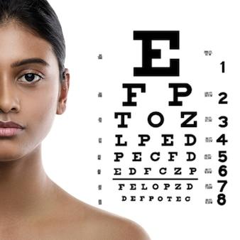 Oftalmologia - donna indiana e diagramma degli occhi per il test della vista.