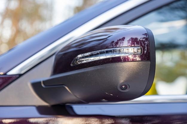 Opzione di un sistema di monitoraggio cam 3d in un'auto moderna. specchietto retrovisore vista laterale ravvicinata di un'auto moderna con telecamera a vista rotonda di assistenza al parcheggio