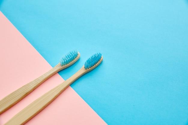 Concetto di prodotti per la cura orale. concetto di procedure sanitarie mattutine, cura dei denti, due spazzolini da denti