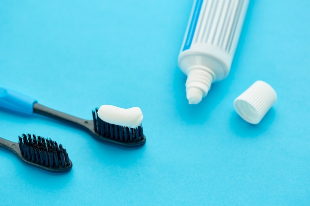 Prodotti per l'igiene orale. concetto di procedure sanitarie mattutine, cura dei denti, spazzolino da denti e dentifricio
