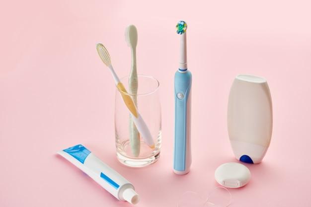 Prodotti per l'igiene orale, spazzolino da denti, dentifricio e filo interdentale. concetto di procedure sanitarie mattutine