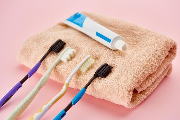 Prodotti per l'igiene orale, spazzolini da denti e dentifricio su asciugamano. concetto di procedure sanitarie mattutine
