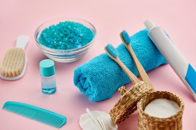 Prodotti per la cura orale e della pelle, vista del primo piano. concetto di procedure sanitarie e di cura dei denti di mattina, igiene