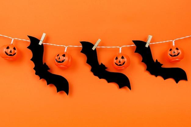 Sfondo arancione con decorazioni di halloween.