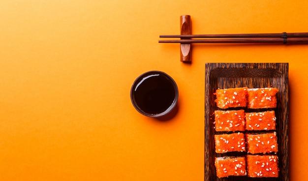 Sfondo arancione con panini, salsa
