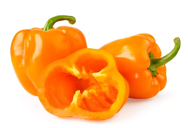 Peperoni dolci arancioni e anelli a metà affettati vicino isolato