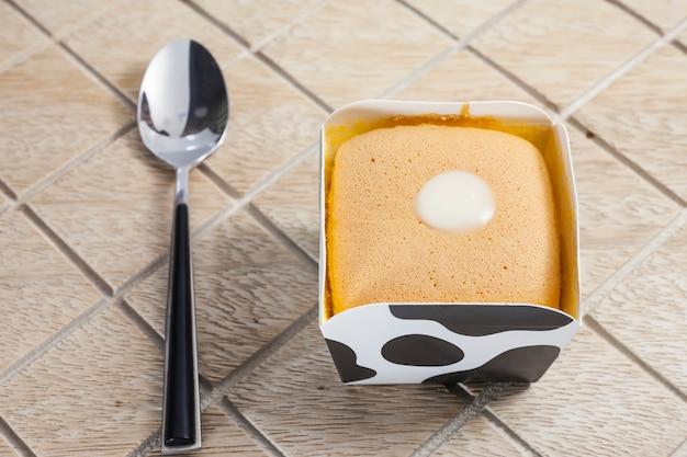 Torta all'arancia sulla tazza di mucca.
