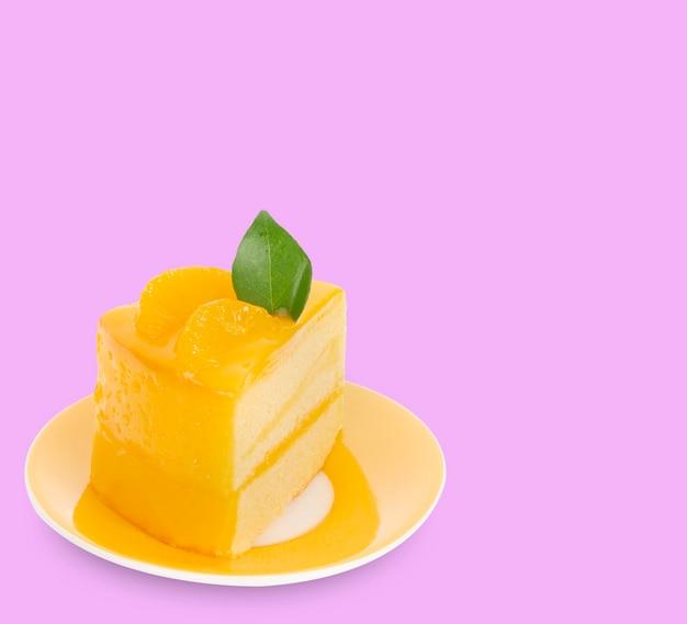 Torta arancione isolata su sfondo rosa.