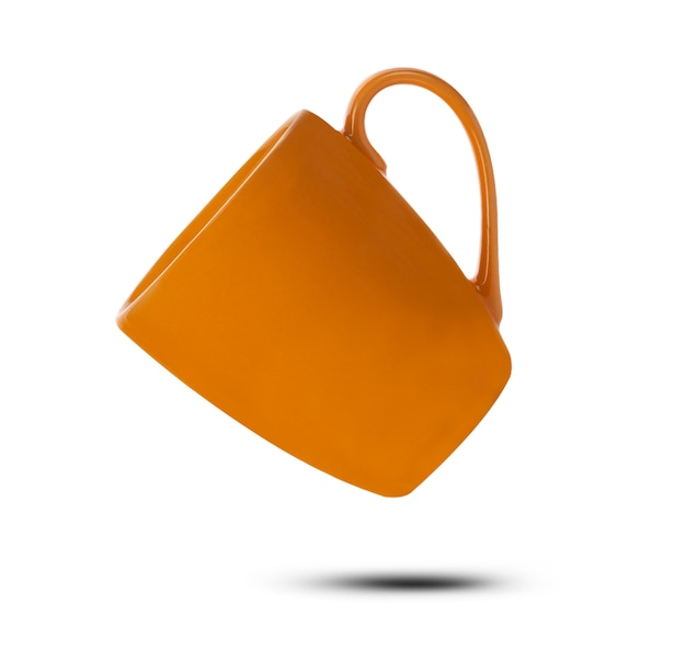 Tazza in ceramica arancione isolato su priorità bassa bianca.