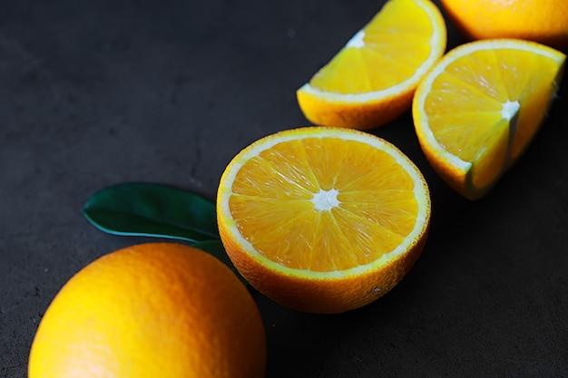 Agrumi arancioni su un tavolo di pietra. sfondo arancione.