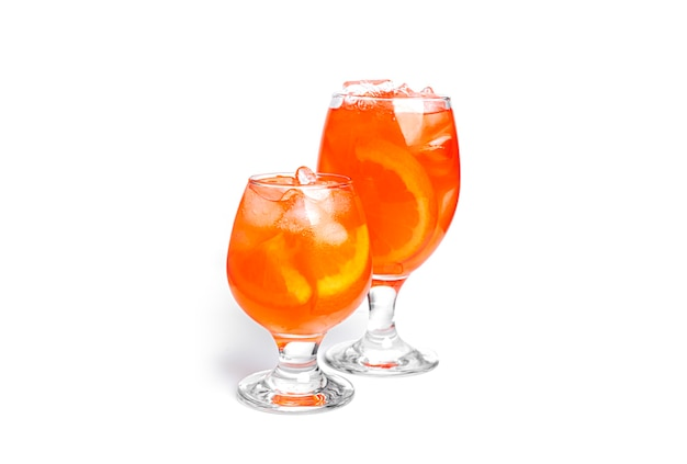 Cocktail arancioni isolati su sfondo bianco