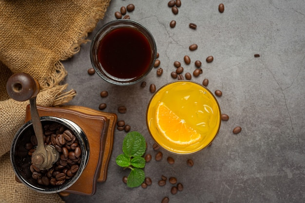 Cocktail di arancia e caffè sulla superficie scura.