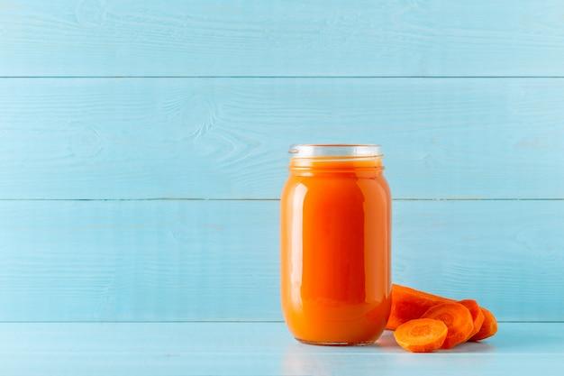 Frullati / succhi di colore arancione in un barattolo