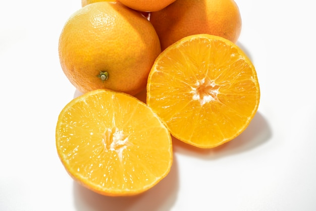 Combinazione arancione su sfondo bianco