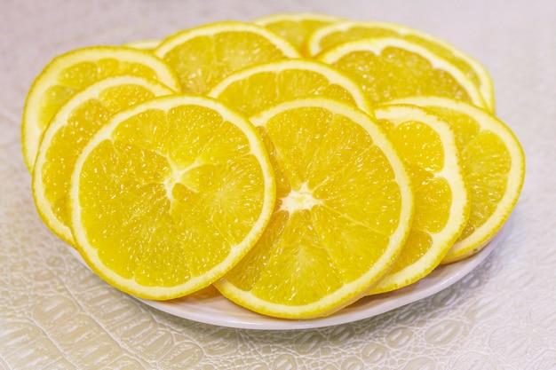 Arancia, tagliata a fette su un piattino