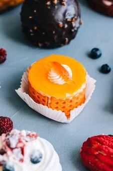 Dessert all'arancia con biscotto, ripieno di formaggio e crema.
