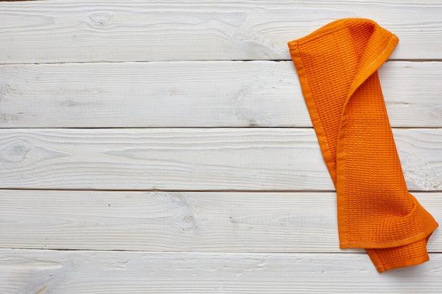 Canovaccio arancio sui bordi di legno bianchi. copyspace.