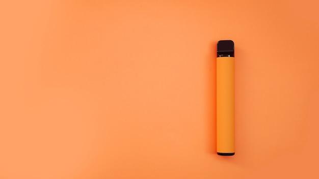 Sigaretta elettronica usa e getta arancione su sfondo luminoso. aroma di arancia, mango o tropicale. modello di catalogo
