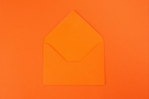 Busta arancione isolata su sfondo arancione