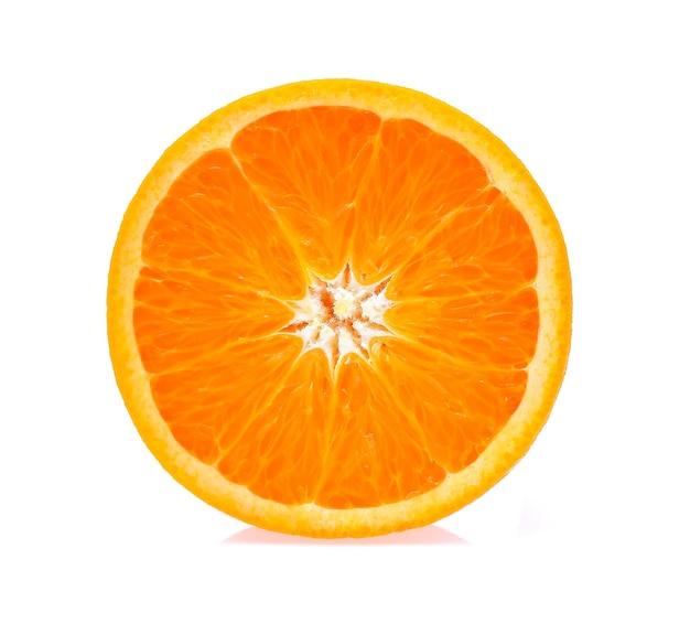 Frutta arancione isolata su priorità bassa bianca