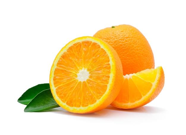 Frutta arancione isolata su bianco