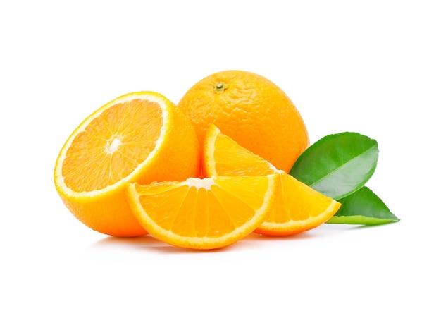 Frutta arancione isolata su bianco.