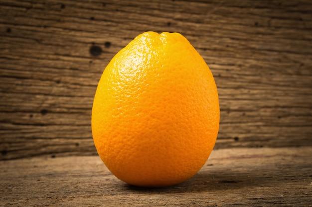 Ombelico di frutta arancione su legno vecchio