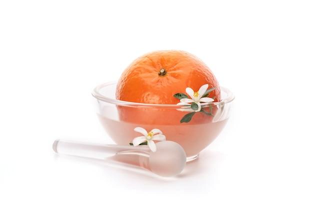 Frutta arancione e fiori di neroli isolati.