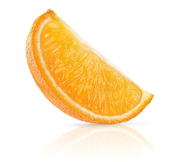 Fetta di frutta arancione isolata su superficie bianca con il percorso di residuo della potatura meccanica.