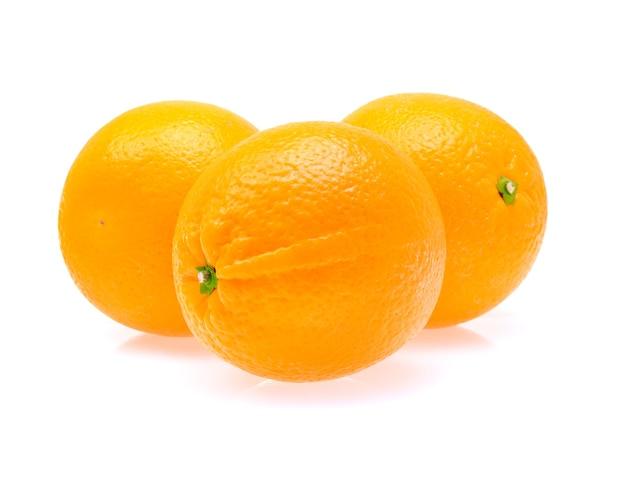 Frutta arancione su sfondo bianco
