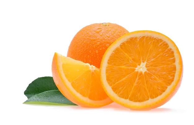 Frutta arancione con gocce isolati su priorità bassa bianca