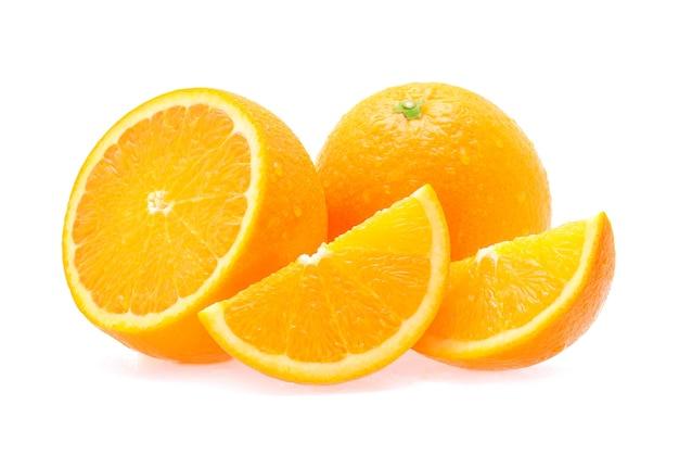 Frutta arancione con gocce d'acqua su sfondo bianco